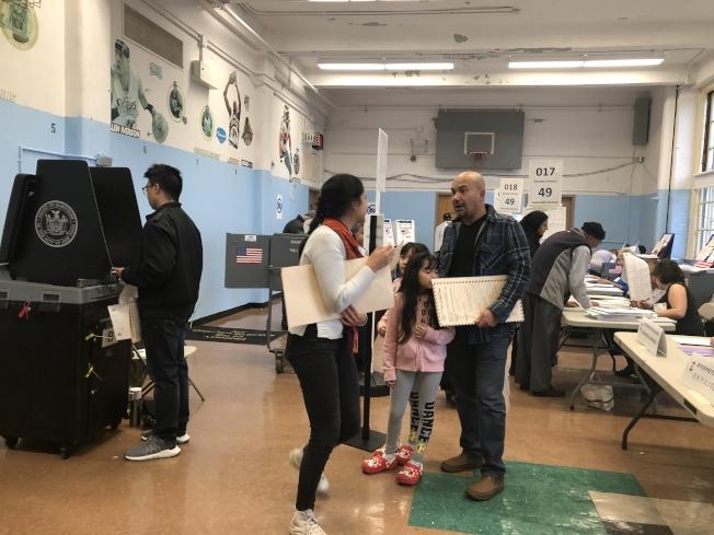187初中投票站迎來許多華裔選民投票。(記者黃伊奕/攝影)