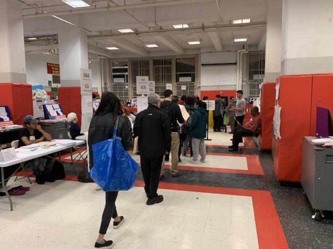 糟糕的天氣沒有影響華埠居民的投票熱情,華埠130小學投票站大排場龍。(記者和釗宇/攝影)