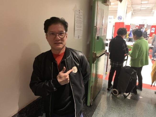 參加投票的美國酒店華裔協會主席黃華清表示,兩黨都應該對自己的政策進行檢討。(記者和釗宇/攝影)