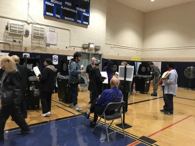 第11选区各投票站6日出现大量华裔选民。(记者牟兰/摄影)