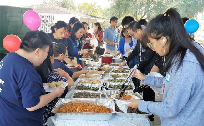 山西老鄉帶來自做的麵食很受歡迎。(山西發展促進會提供)
