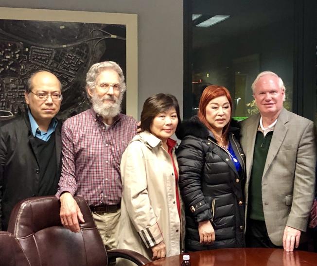 艾維樂(右一)感謝華、韓裔義工團隊。(記者朱蕾/攝影)