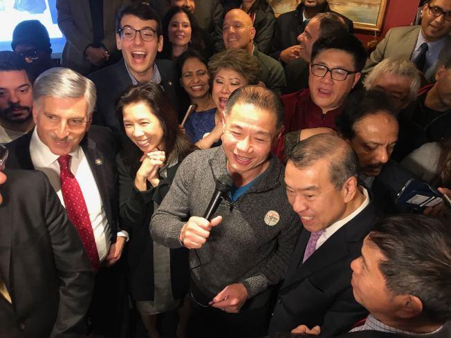 上百名劉醇逸(講話者)的支持者6日晚在法拉盛一家餐廳內慶祝劉醇逸當選。(記者牟蘭/攝影)