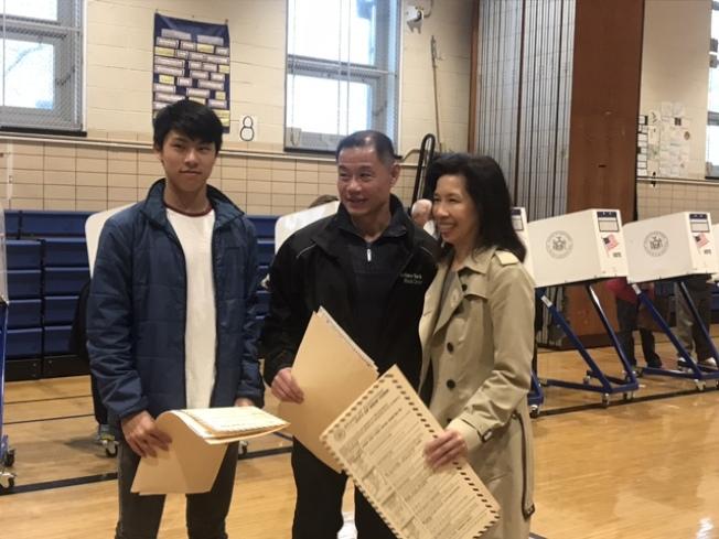 劉正龍(左一起)、劉醇逸和李迪儀參與6日普選。(記者牟蘭/攝影)