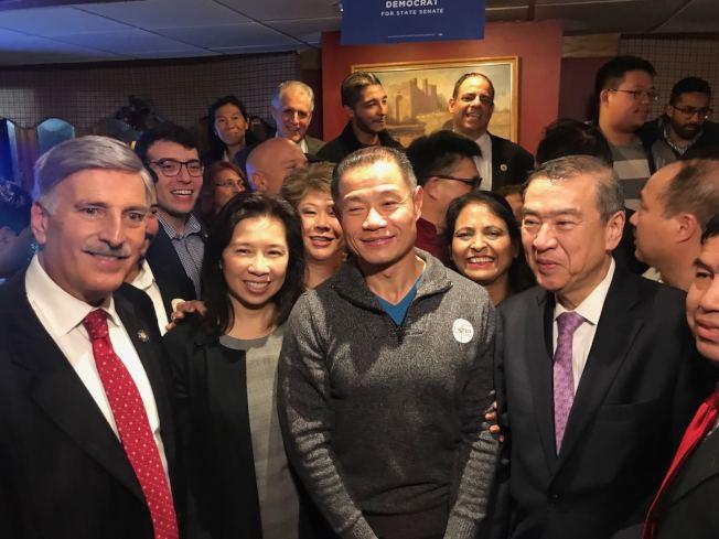 上百名劉醇逸(中)的支持者,6日晚在法拉盛一家餐廳內慶祝劉醇逸當選,左一為魏普林。(記者牟蘭/攝影)