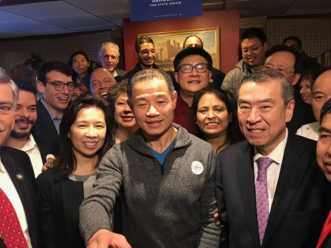 上百名劉醇逸(左一)的支持者6日晚在法拉盛一家餐廳內慶祝劉醇逸當選。(記者牟蘭/攝影)