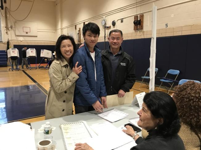 劉正龍(中)6日首次投票,見證父親劉醇逸(右一)再次參政;左一為李迪儀。(記者牟蘭/攝影)
