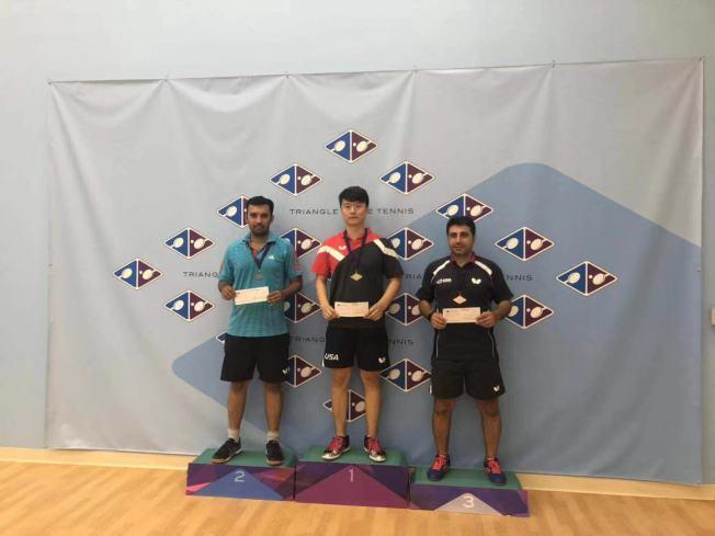 梁吉善(中)得到美東南蝴蝶盃乒乓球公開賽冠軍。(梁吉善提供)