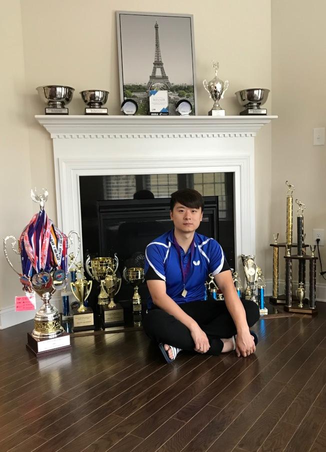 梁吉善和他近兩年所得的獎杯和獎章。(記者王明心/攝影)