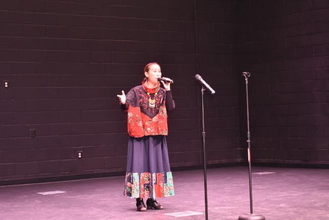 彝族歌唱家王美玉表演原創歌曲「雲海中的彝家」 ,以初賽第一名晉級。 (記者李君蘭/攝影)