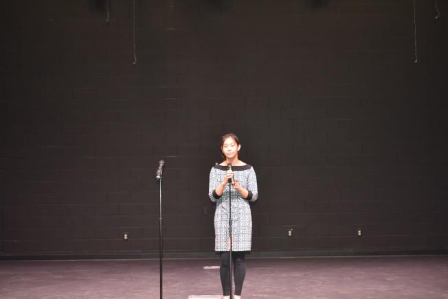 東點學校8年級學生葛艾莉深情演繹「Talking to the moon」。(記者李君蘭/攝影)