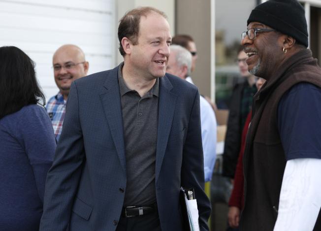 民主黨籍的科羅拉多州州長當選人波利斯(前左),是全美第一位男同性戀州長。(美聯社)