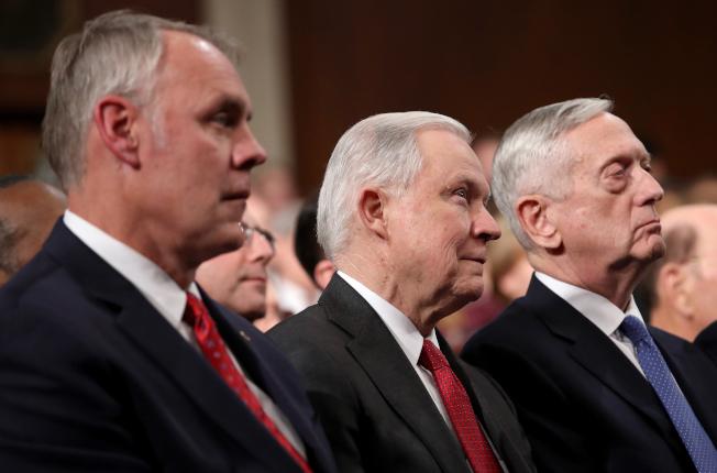 內政部長辛基(左起)、司法部長塞辛斯、國防部長馬提斯都是期中選舉後,可能「捲舖蓋」的內閣首長。(Getty Images)