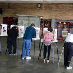 投票所人潮大增 華人踴躍一早開始選民絡繹不絕 有些投票所要等候一小時