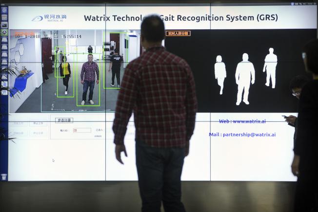 """""""步态识别""""系统是监视民众利器,民众即使把脸遮住也没用。(美联社)"""