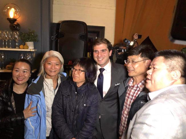 郭納德(左四)出現在慶功會上,感謝布碌崙華人的支持。(柳寶枝提供)