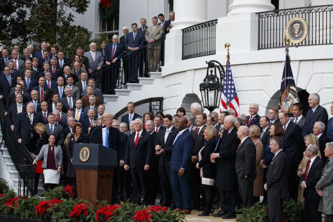 川普政府上台兩年,期中考檢驗成績,圖為川普於2017年12月在白宮宣布稅改方案。(美聯社)