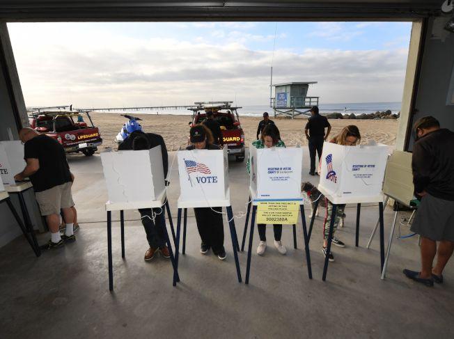 今年期中選舉投票踴躍,圖為加州威尼斯灘的投票所。(Getty Images)