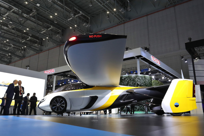 首屆進博會最科幻展品之一「會飛的汽車」Aeromobil可在3分鐘內「變身」,吸引參觀者目光。(中新社)