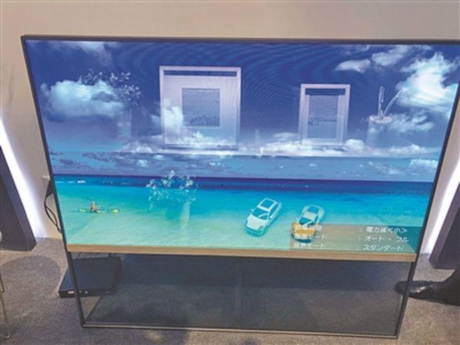 「透明電視」變化後,櫥窗的玻璃變成了一面屏幕。(取材自廣州日報)