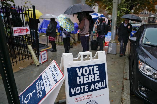 東岸華府地區6日投票日天氣陰雨,但仍擋不了選民投票熱情。(美聯社)
