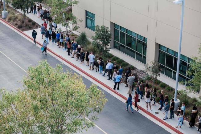 加州聖地牙哥一處投票所外6日下午大排長龍,選民耐心等候投票。(Getty Images)