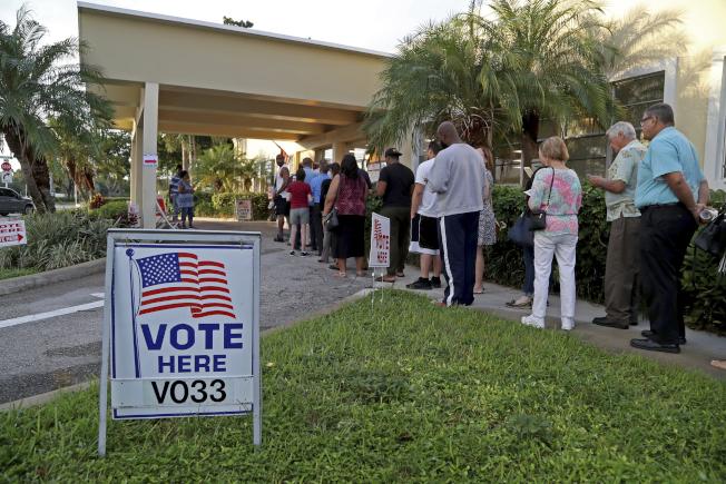 今年期中選舉投票踴躍,各地均有投票站大排長龍。圖為佛州好萊塢一個社區中心外面,選民排隊投票。(美聯社)