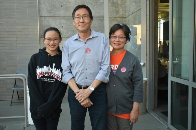 馬兆明(中)在妻子黃建媚(右)和女兒(左)陪同下於選舉日下午完成投票。(記者黃少華/攝影)