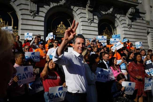 紐森上周在舊金山市府門前向民眾致意。(Getty Images)