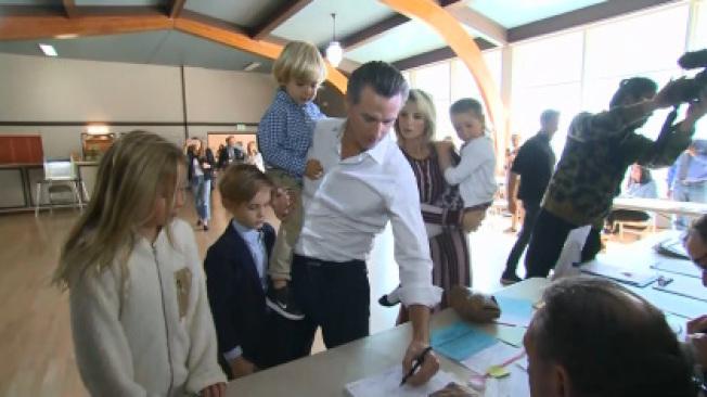 紐森6日上午帶著妻子和四子女,到馬連縣拉克斯皮市投票。(電視新聞截圖)