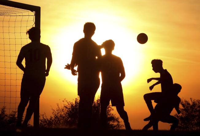 足球健身,也交到朋友。(美聯社)