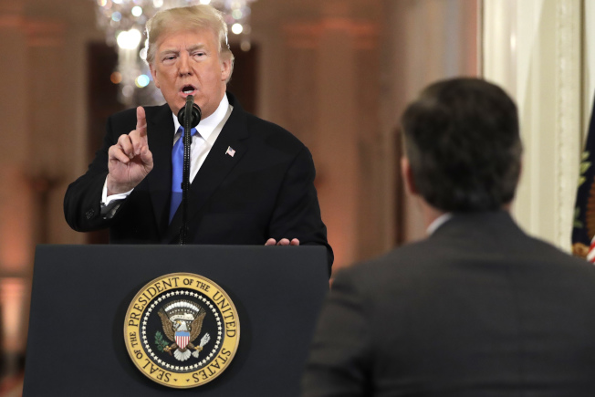 川普和CNN白宮記者阿科斯達(右,Jim Acosta)間激烈爭執由來已久,兩人今天再度交手。美聯社