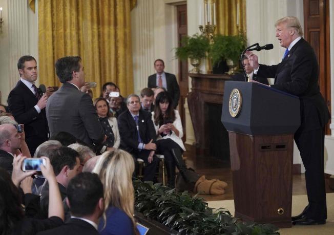 川普(右)和CNN白宮記者阿科斯達(左二站立者,Jim Acosta)間激烈爭執由來已久,兩人今天再度交手。Getty Images