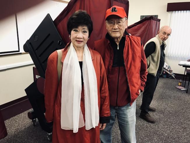 新州中國日主席林潔輝(左)、嚴欣鎧投票,并祝賀所有參選人。(林潔輝提供)