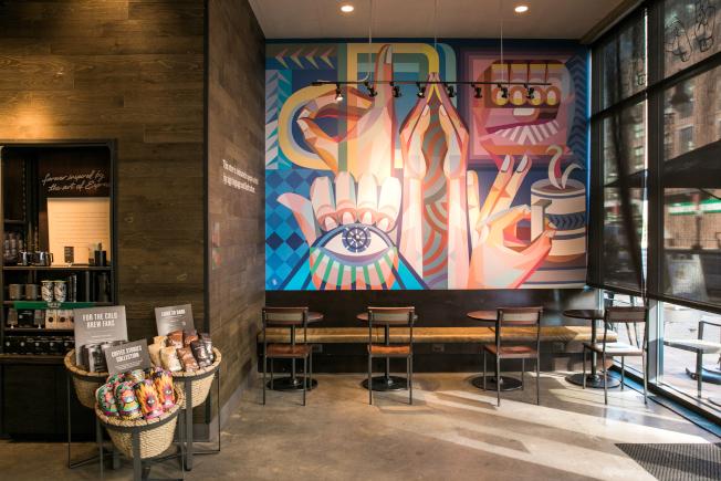 在高立德大學任教的華人失聰藝術家王易喬,為星巴克全美首家手語門店創作壁畫。(星巴克提供)