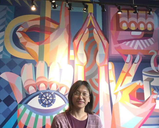 在高立德大學任教的華裔失聰藝術家王易喬,為星巴克全美首家手語門店創作壁畫。(王易喬提供)