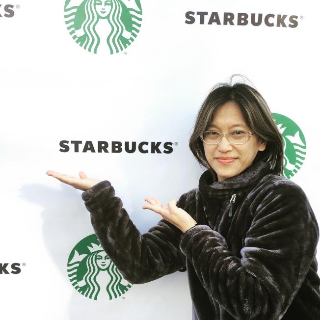 在高立德大學任教的華人失聰藝術家王易喬,為星巴克全美首家手語門店創作壁畫,她對星巴克給予失聰社區機會感到鼓舞。(王易喬提供)