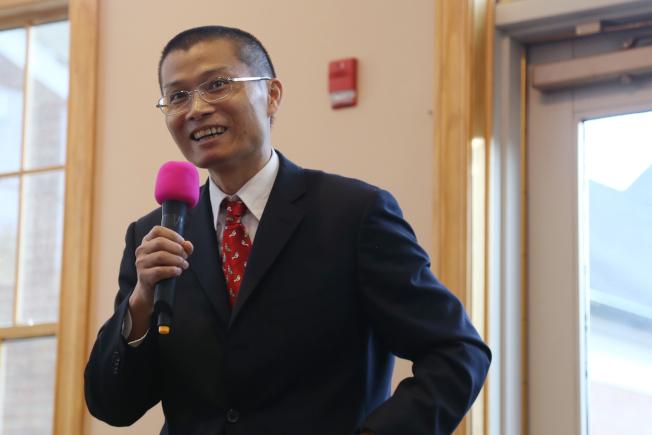 來自湖北黃岡的第一代移民伍超,當選馬州哈維郡教委,為該郡首位華裔教委。(記者羅曉媛/攝影)