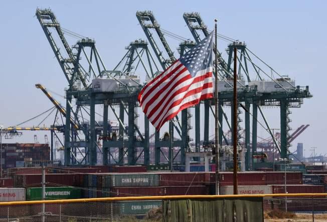 民主黨普遍認為,美國應在軍事、貿易、情報與外交等多個領域對崛起的中國採取更嚴厲行動。圖為中國貨櫃船在美國加州長灘港卸貨。(Getty Images)