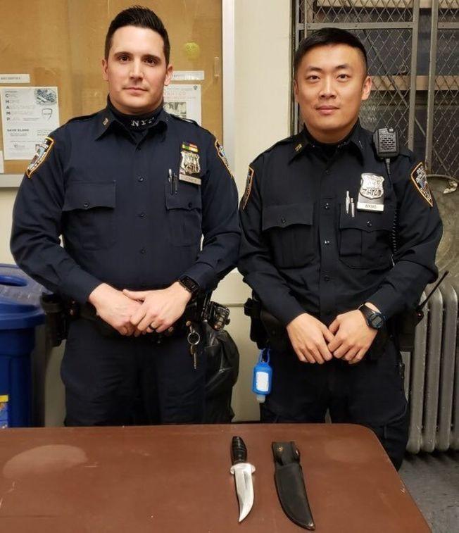 逮捕許意金的警員Bryan Jones(左)和王明金。(警方提供)