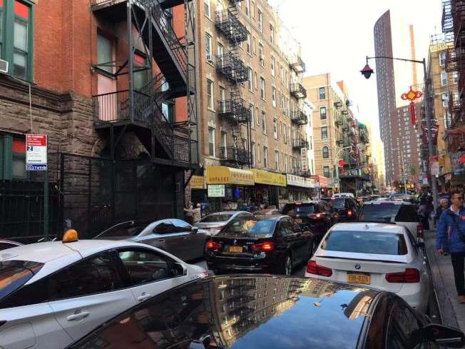 葉家傑表示,華埠街道狹窄,車輛急行或急剎車會帶來很大的安全隱患。(記者張筠/攝影)