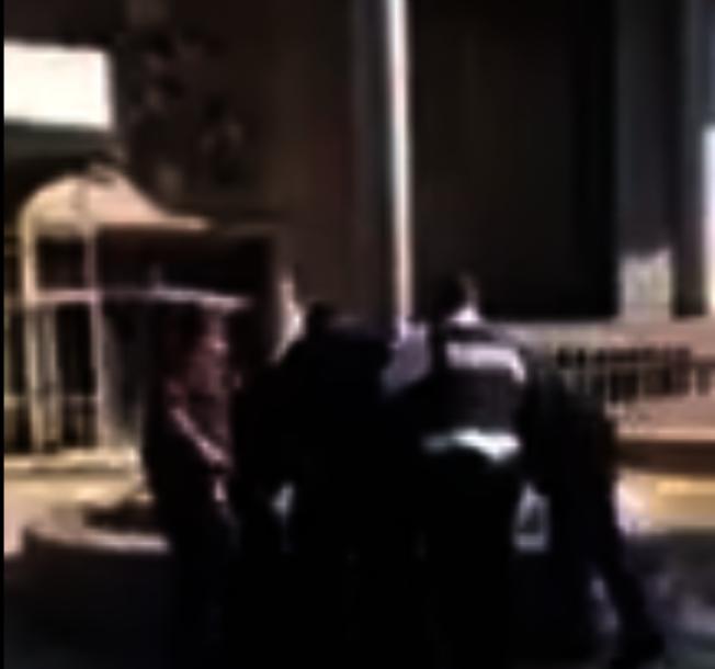 ICE和法警在皇后區刑事法院外逮捕一名移民。(視頻截圖)