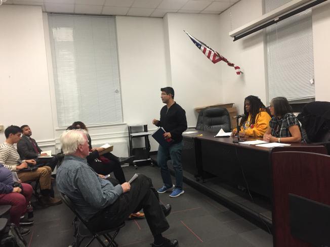 萬齊家7日聯合布碌崙第七社區委員會召開會議,邀請政府部門代表和社區居民討論遊民問題。(記者顏潔恩/攝影)