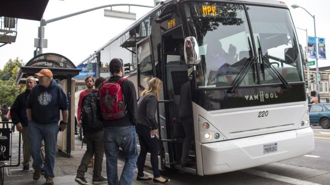 一輛「Google巴士」,正在舊金山接載科技員工,前往Google的矽谷總部上班。(Getty Images)
