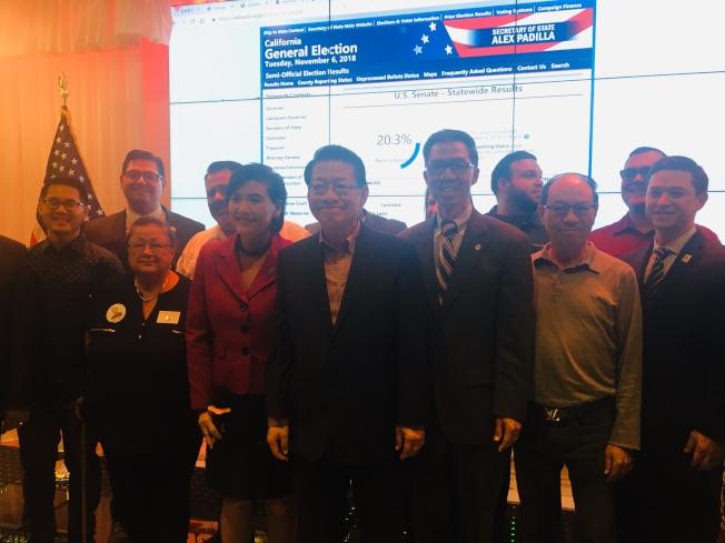 競選連任的聯邦眾議員趙美心(Judy Chu)、加州眾議員周本立(Ed Chau)以及競選加州第22區參議員伍國慶(Mike Eng)在艾爾蒙地市聯合舉辦「選情之夜」晚會。(記者林佩錦/攝影)