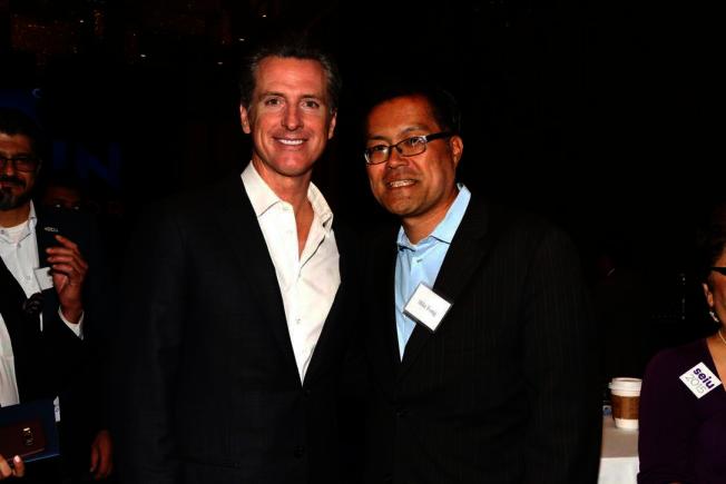 方樹強祝賀紐森(左)高票當選下任加州州長。(方樹強提供)