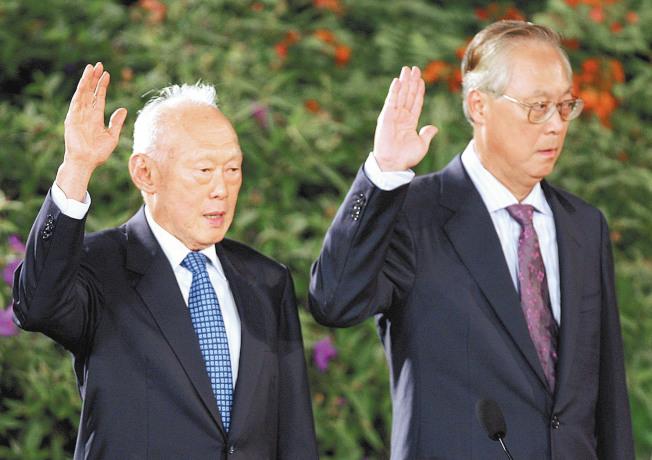 吳作棟(右)出書,指自己並非是李光耀(左)接班首要人選。(本報資料照片)