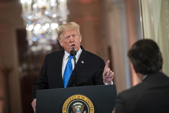 川普總統在記者會上與CNN記者阿科斯塔激烈爭執。(歐新社)