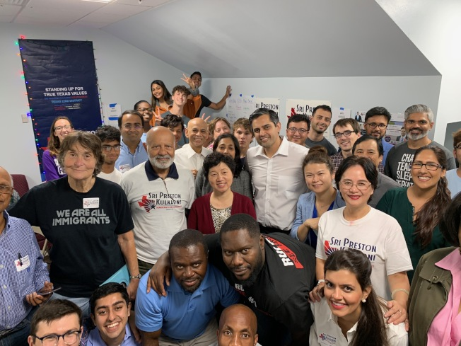在亞裔民主黨俱樂部帶領下,許多華裔民眾也都投身在競選活動中。(羅玲提供)