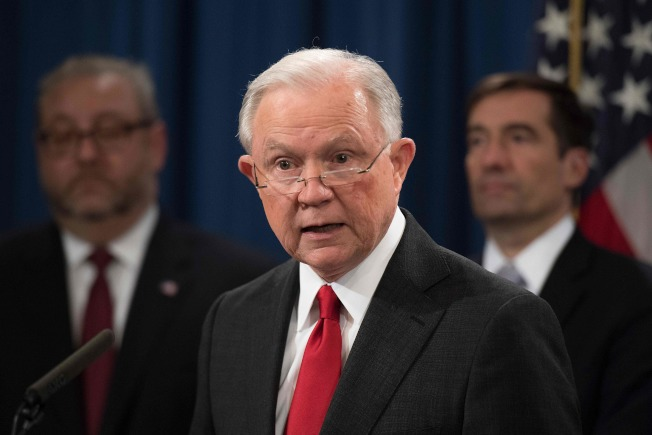 川普選後算帳,司法部長塞辛斯第一個走人。圖為塞辛斯上周在司法部宣布成功查獲中國駭客竊取美國商業機密。(Getty Images)